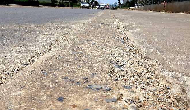 Trên đường Lê Văn Lương, giữa đường nhựa cũ và đường bê tông mới xuất hiện nhiều gờ nhô cao, kéo dài vài trăm mét, có những đoạn bị hư hỏng, tạo thành ổ gà giữa đường.
