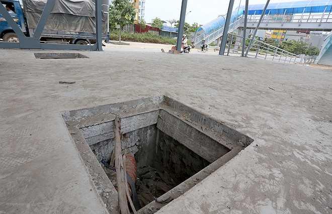 Bên trong nhà chờ này, hệ thống hố ga, kỹ thuật đã thi công xong nhưng không có nắp đậy.