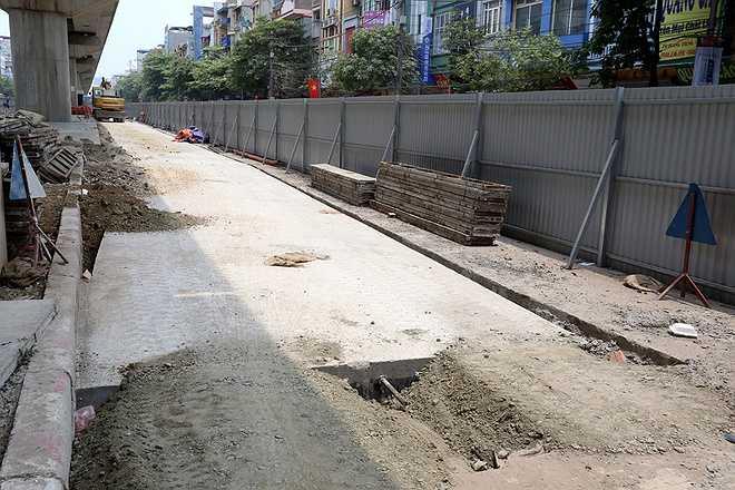 Tại tuyến phố Quang Trung (Hà Đông), nhiều đoạn đường nhựa tiếp tục được bóc lên để thay thế bằng bê tông. Theo lãnh đạo Sở Giao thông Hà Nội, do cường độ mặt đường không đảm bảo yêu cầu nên phải bóc bỏ lớp nhựa cũ và thay thế bằng bê tông.