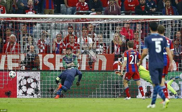 Bayern không thể bung hết sức để tạo một cơn mưa bàn thắng khác như hiệp 1 nên hiệp 2 họ chơi chùng xuống và để cho đối thủ có được 1 bàn gỡ