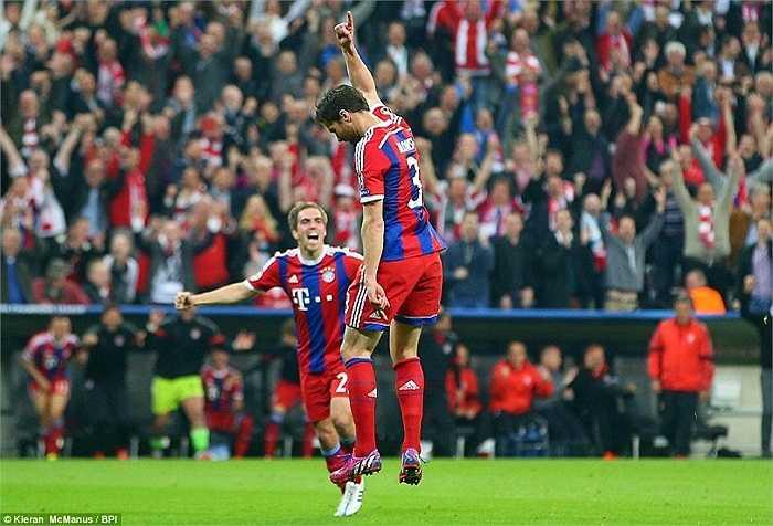 Không chỉ giành vé vào Bán kết, mà các cầu thủ Bayern chào đón trận 100 của Guardiola theo cách tưng bừng nhất