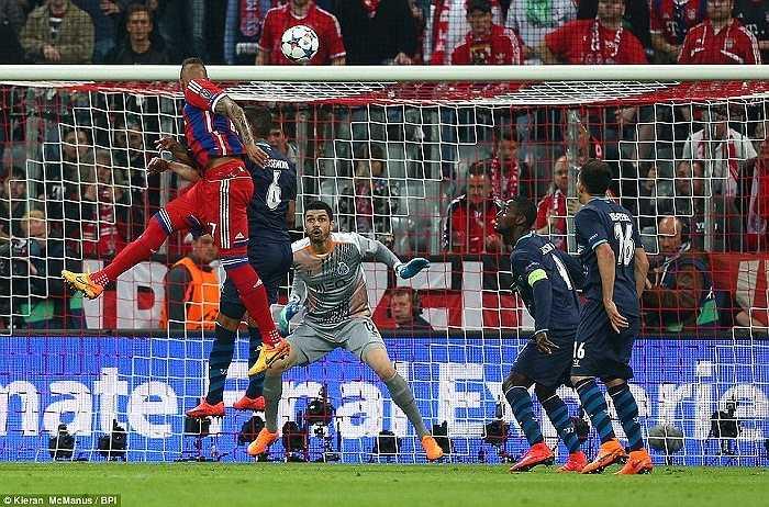 Chỉ trong hiệp 1, Bayern Munich đã nã vào lưới Porto 5 bàn. Bước sang hiệp hai, Bayern Munich có thêm bàn thắng nữa nhờ công của Xabi Alonso.