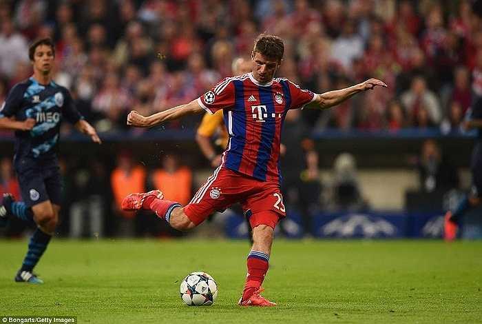 Thomas Mueller cũng để lại dấu ấn trong chiến thắng của Bayern Munich với pha lập công ở phút 36. Ngoài ra, anh còn có 2 pha kiến tạo cho Lewandowski lập cú đúp.