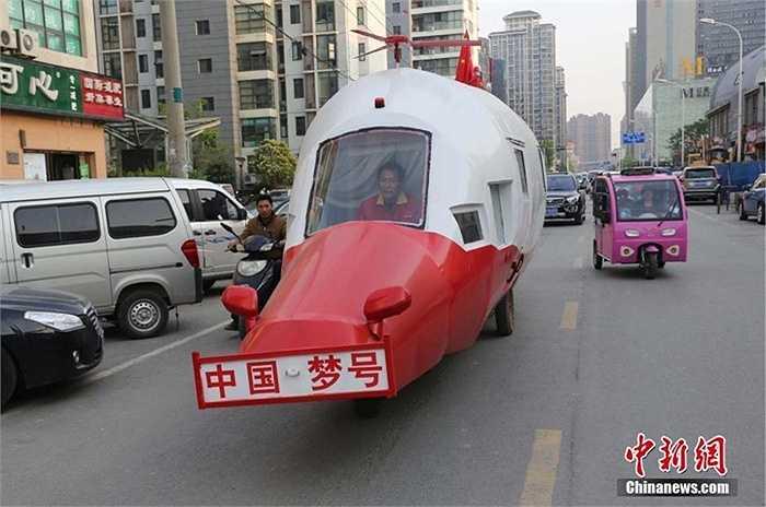 Mới đây, tại thành phố Trịnh Châu (Hà Nam), một kỹ sư nghỉ hưu đã sáng chế ra chiếc 'trực thăng' đặc biệt chỉ có thể đi trên đường