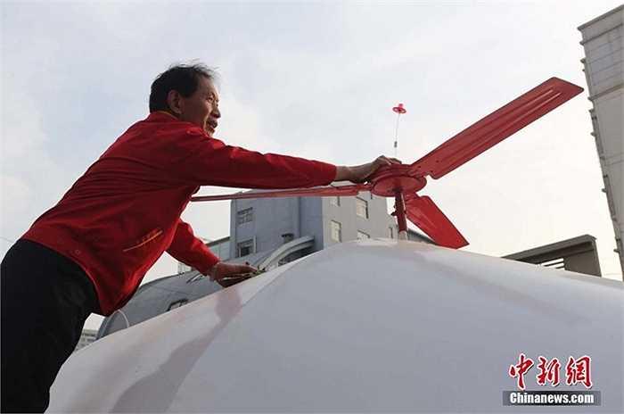 Chiếc 'trực thăng' đặc biệt này dài 12,5 mét, cao 2,8 mét, có cánh quạt nhưng không thể bay được mà chỉ chạy trên đường