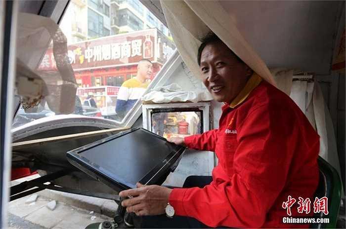 Ông Yuan đang lau cánh máy bay. Sau quá trình nghiên cứu, ông đã tạo ra chiếc 'trực thăng' đặc biệt để đưa cháu đi học, đưa mẹ đi du lịch