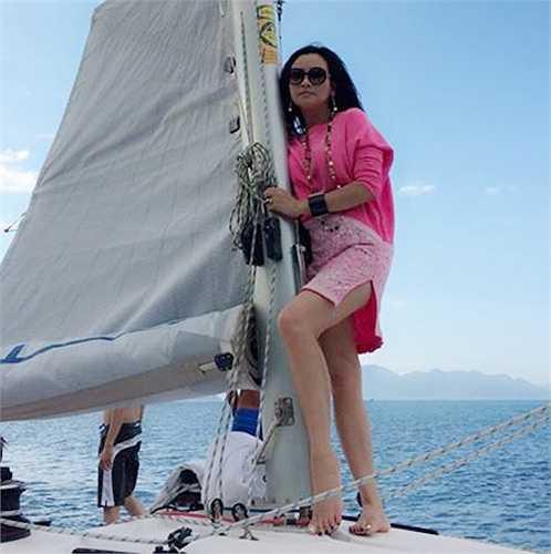 Nữ ca sỹ Thanh Lam sở hữu nhan sắc trẻ trung trời phú. Chính vì vậy, cô không ngại diện những trang phục của những cô gái đôi mươi.