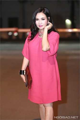 Cô rất chuộng những trang phục với màu sắc nóng, chói như hồng, cam, đỏ.