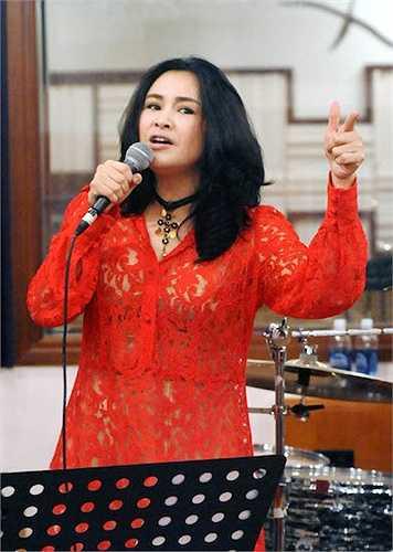 Trang phục ren xuyên thấu sexy khoe vẻ gợi cảm với màu sắc rực rỡ của nữ ca sỹ.