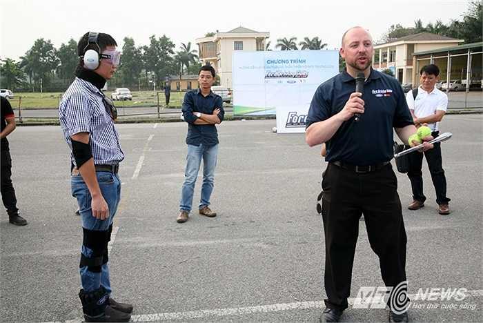 Các chuyên gia của chương trình Hướng dẫn Lái xe An toàn và Thân thiện với Môi trường (DSFL) của Ford toàn cầu mang đến Việt Nam bộ đồ đặc biệt giả lập người say, mục đích test phản xạ của tài xế trong các bài tập huấn lái xe an toàn.
