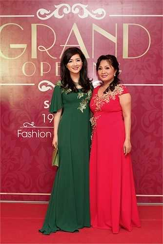 Giữa đêm tiệc, Giáng Mi thay một bộ đầm được người bạn thân là Nguyễn Thụy Giang Châu (bên phải) tặng riêng.