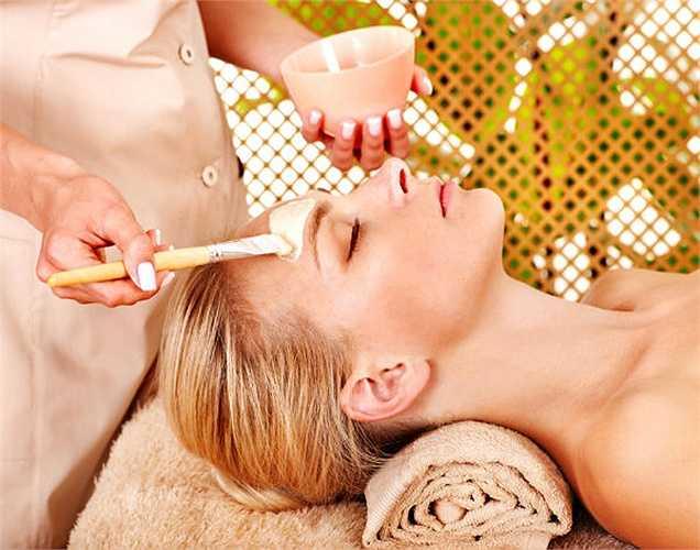 Cách trị tàn nhang: Lấý khoảng ½ chén nước ép cà chua trộn đều với 1 thìa bột sắn dây. Sau khi tẩy da chết trên mặt, bạn thoa đều hỗn hợp này lên da, kết hợp massage nhẹ nhàng cho đế khi hỗn hợp khô trên da thì rửa mặt với nước ấm.