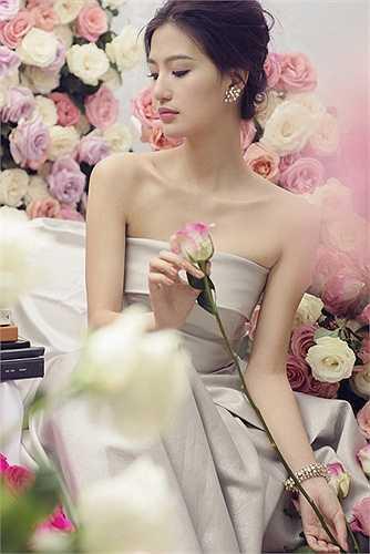Mỹ Linh vốn là một cô nàng yêu thích vẻ đẹp của hoa, đặc biệt là hoa hồng và mẫu đơn, chính vì thế mà Mỹ Linh quyết định chụp một bộ hình bên 2 loại hoa ưa thích của mình, cũng đúng vào thời điểm mẫu đơn đang bắt đầu nở đẹp.