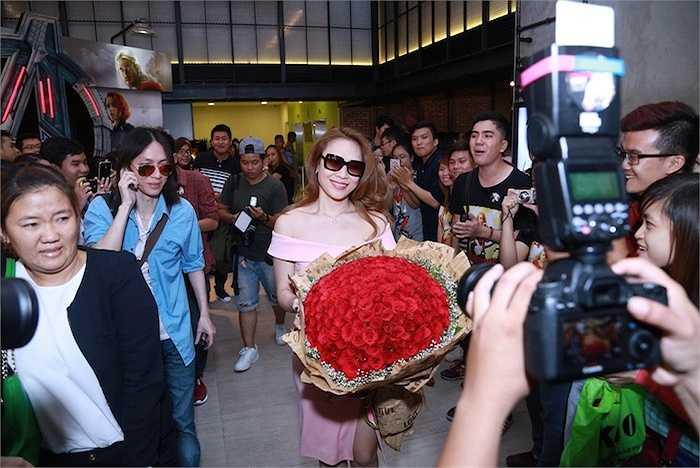 Người đẹp ngay lập tức nhận được một bó hoa rất lớn từ các fans.