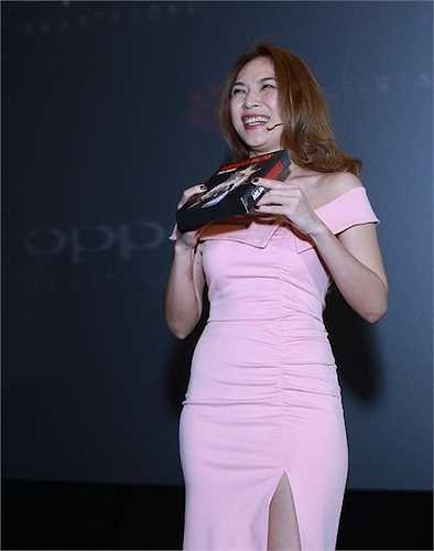 Mỹ Tâm cười 'tẹt ga', tự hào giới thiệu với các fans về sản phẩm âm nhạc cô tâm huyết nhất trong 10 năm qua.