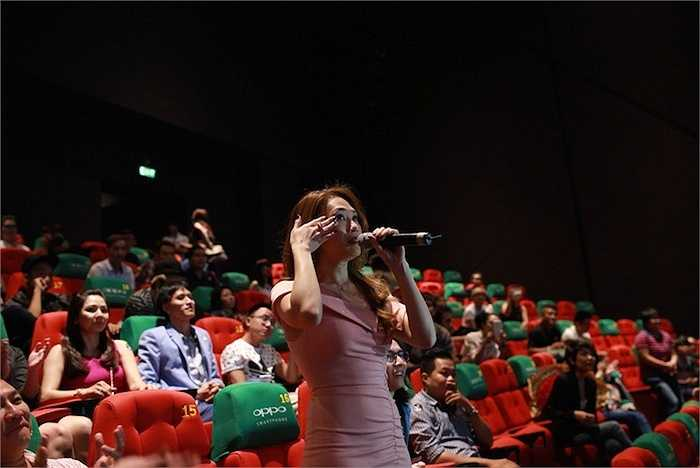 Nữ ca sỹ rất xúc động trước tình cảm của khán giả.