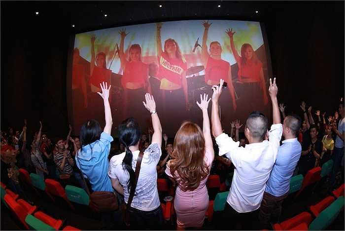Nữ ca sỹ cũng cùng các fans xem lại những giây phút thăng hoa của liveshow.