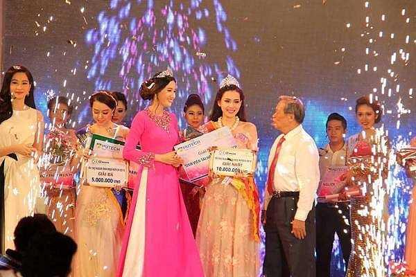 Vượt qua 23 thí sinh tranh tài tại vòng chung kết cuộc thi 'Sinh viên HUTECH duyên dáng-tài năng' - Miss HUTECH 2015, do Trường ĐH Công nghệ TP.HCM tổ chức, Nguyễn Quỳnh Ánh Tuyết đã xuất sắc đoạt danh hiệu Hoa khôi.
