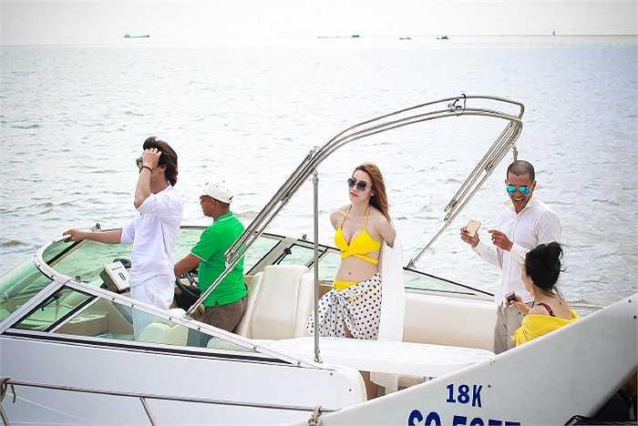 Người đẹp tự tin khoe vẻ quyến rũ trên du thuyền.