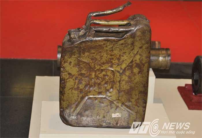Can đựng xăng của Bộ đội xăng dầu tiểu đoàn 33-trung đoàn 14 dùng để gùi xăng chi viện cho chiến trường.