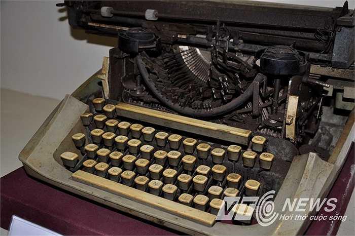Máy đánh chữ phục vụ công tác đánh tài liệu, điện,...