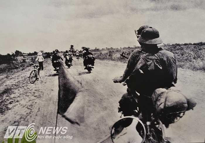 Hình ảnh vận chuyển vật chất chi viện cho chiến trường miền Nam.
