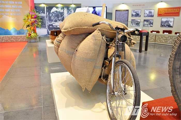 Xe đạp thồ của Anh hùng lực lượng vũ trang Đinh Công Trấn đã dùng vận chuyển lương thực, thực phẩm phục vụ bộ đội trong chiến dịch Hồ Chí Minh.