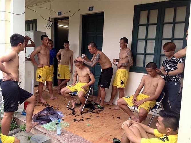 Các cầu thủ Hà Nội T&T cùng nhau xuống tóc thể hiện quyết tâm trước trận thư hùng với HAGL