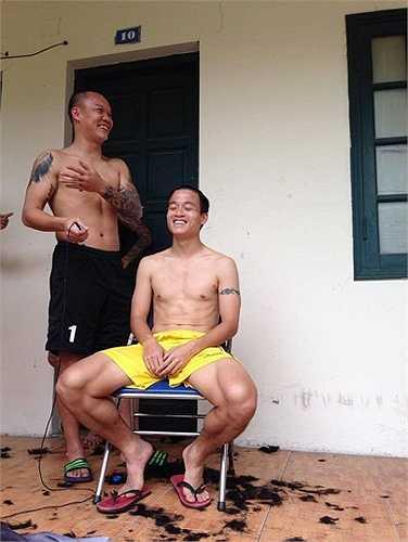 Thủ thành Dương Hồng Sơn trực tiếp đứng ra cắt tóc cho anh em