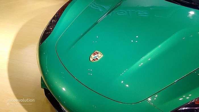 Thậm chí, logo trên nắp capo cũng sao chép trắng trợn của hãng xe sang Đức.