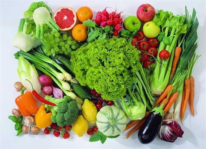 Tránh mua rau quả gọt vỏ và xắt sẵn, ngâm nước ở ngoài chợ vì ngoài việc nguồn nước ngâm không đảm bảo vệ sinh hay có hoà các hoá chất độc hại .
