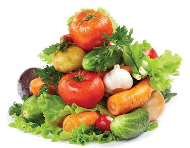 Các chuyên gia dinh dưỡng khuyến khích bạn nên gọt bỏ lớp vỏ trái cây hoặc vứt lớp lá ngoài cùng. Nghe có vẻ lãng phí nhưng làm như vậy sẽ đảm bảo sức khỏe hơn vì bạn chẳng biết chắc loại nào có thuốc trừ sâu hay không.
