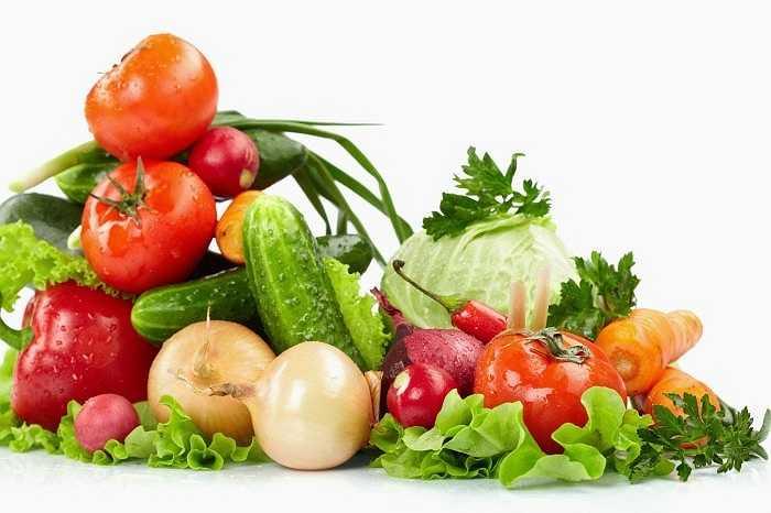 Chần rau quả: Chần là một phương pháp làm sạch thực phẩm. Rau quả được nhúng vào nước đang sôi và vớt ra ngay rồi ngâm vào nước đá hay để dưới vòi nước mát để ngăn quá trình làm chín.