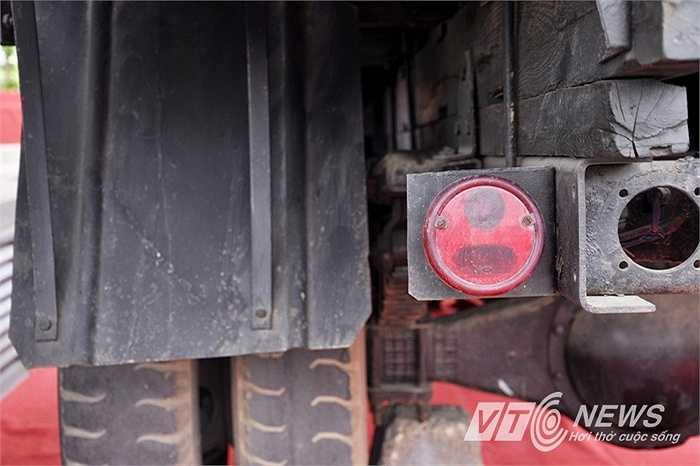 Đèn hậu của chiếc xe tải sau nhiều năm chinh chiến ở chiến trường.