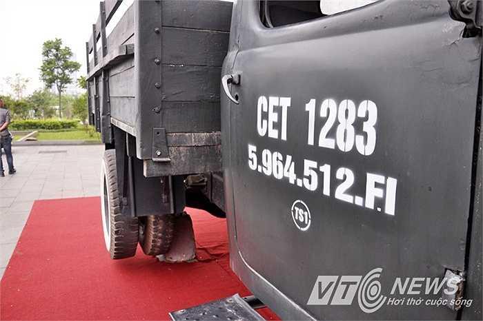 Trên hai cánh cửa in hai dòng chữ CEI1283; 5964.512FI.IST.