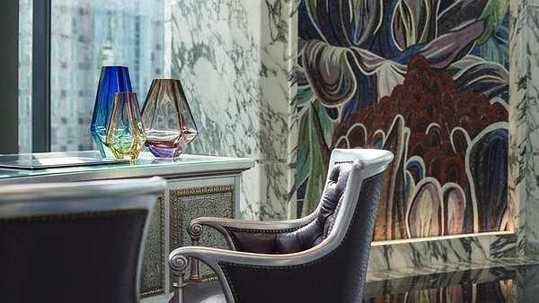 Tờ LA Times đánh giá thiết kế của khách sạn này là 'lộng lẫy đến không tưởng' theo phong cách hiện đại hoặc cổ điển của châu Âu.