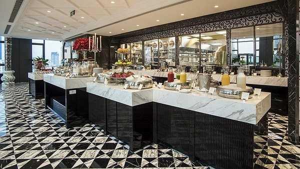 Bữa sáng buffet được phục vụ ở Cafe Cardinal với rất nhiều món ăn ngon