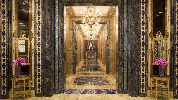 Khách sạn gồm 286 phòng với 12 phong cách nội thất tráng lệ. Toàn bộ các phòng đều được thiết kế và trang hoàng bằng những món đồ nội thất hàng đầu nước Ý gồm Provasi, Colombostile, Giorgetti và Visionnaire.