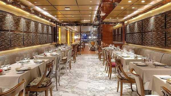 Tại đây có nhà hàng chuyên phục vụ các món ăn truyền thống của Ý có tên là R&J Italian Lounge & Restaurant, được đặt theo tác phẩm huyền thoại của đại văn hào Shakespeare, 'Romeo và Juliet'.
