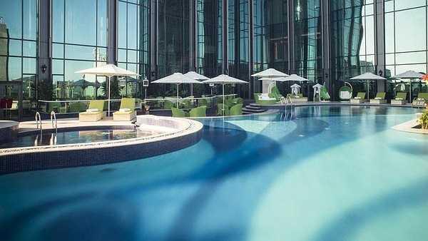 Hệ thống bể bơi bao gồm khu bể bơi chính, khu bể bơi dành cho trẻ em và có cả bồn sục để thư giãn.