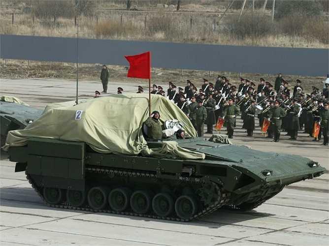 Vũ khí chính của xe chiến đấu bộ binh T-15 gồm 1 pháo tự động 2A42 cỡ 30 mm với 500 viên đạn, trong đó có 160 đạn xuyên giáp và 340 đạn nổ phân mảnh. Pháo có tầm bắn khoảng 4.000 mét.