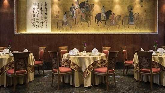 Bức tranh mạ vàng được treo trong một nhà hàng của khách sạn này