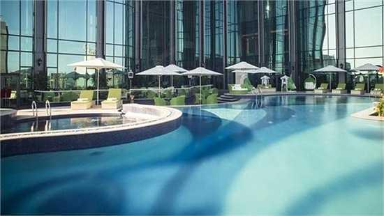 Bể bơi lý tưởng bao gồm khu bể bơi chính, khu bể bơi dành cho trẻ em và một bồn sục.