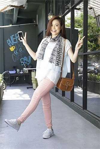 Ở thời điểm hiện tại, khi các hoạt động nghệ thuật không có thành tích đáng kể, Hoàng Thùy Linh chuyển hướng đẩy mạnh tên tuổi từ góc độ thời trang.  Ngoài việc đầu tư cho ăn mặc, cô nàng cũng rất chăm chỉ thực hiện những bộ ảnh thể hiện street style của mình.