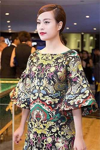 Từ hình ảnh của Hoàng Thùy Linh trước kia, có thể thấy cô gái này không phải là người sành mặc. Và với gu thời trang thường thường bậc trung vốn có, việc 'leo cao' lên hàng chiếu trên giữa một rừng mỹ nhân đua sắc là điều không tưởng với mỹ nhân 27 tuổi
