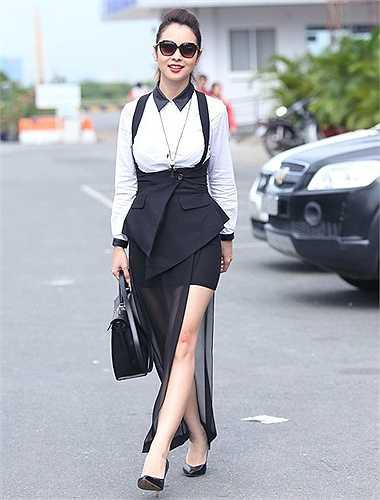 Nhiều lần Jennifer Phạm đã bị nhận xét là chọn trang phục chưa đẹp, chưa hợp thậm chí nhiều bộ đồ còn khiến cô bớt xinh, kém sang. Trong thời gian gần đây, hoa hậu xinh đẹp đang có cuộc 'cách mạng' phong cách.