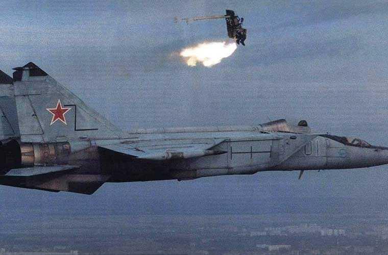 Ghế phóng dù là một hệ thống được thiết kế để cứu phi công hay thành viên phi hành đoàn trong tình huống khẩn cấp (máy bay gặp sự cố kĩ thuật hay bị đối phương bắn hạ trong chiến tranh). Hầu hết các mẫu thiết kế trong lịch sử, ghế ngồi của phi công được phóng ra khỏi máy bay nhờ động cơ rocket. Ảnh: thử nghiệm ghế phóng dù 'bắn' khỏi buồng lái máy bay tiêm kích MiG-25.
