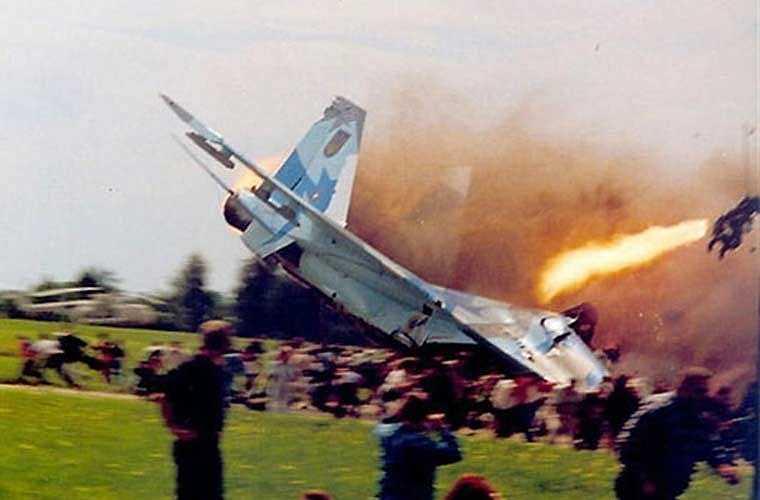 Dù ghế phóng dù nhiều khi gây chấn thương cột sống cho phi công khi mà họ sẽ phải chịu gia tốc rất lớn 12-14G. Tuy nhiên, nhìn chung thì ghế phóng dù đã cứu thoát được khá lớn sinh mạng các phi công trên khắp thế giới. Ảnh: phi công được ghế phóng K-36 bắn ra khỏi chiếc tiêm kích MiG-29 đang sắp nổ tung sau khi đâm xuống đất.