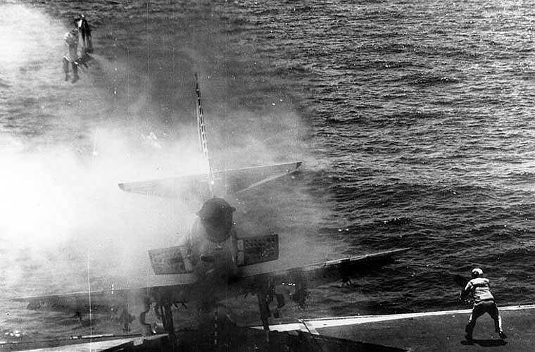 Nếu tính riêng mẫu ghế phóng Martin - Baker được sản xuất ở Anh Quốc từ năm 1946, tính tới tháng 5/2006, loại ghế này đã cứu thoát 7.152 phi công. Trong ảnh, phi công William Belden được ghế phóng 'bắn ra' khỏi máy bay A-4 Skyhawk sắp lao xuống biển.