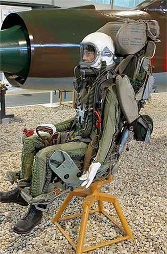 Hiện nay, trên các máy bay chiến đấu của Không quân Nhân dân Việt Nam đều được trang bị ghế phóng dù cho phi công. Ngay từ thế hệ tiêm kích MiG-21 đã rất cũ, phi công cũng có ghế phóng dù KM-1.